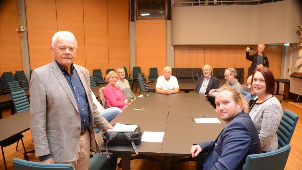 Tor Eriksen og representanter fra de fire partiene H, KrF, Frp og Sp er nå samlet for å forhandle videre.