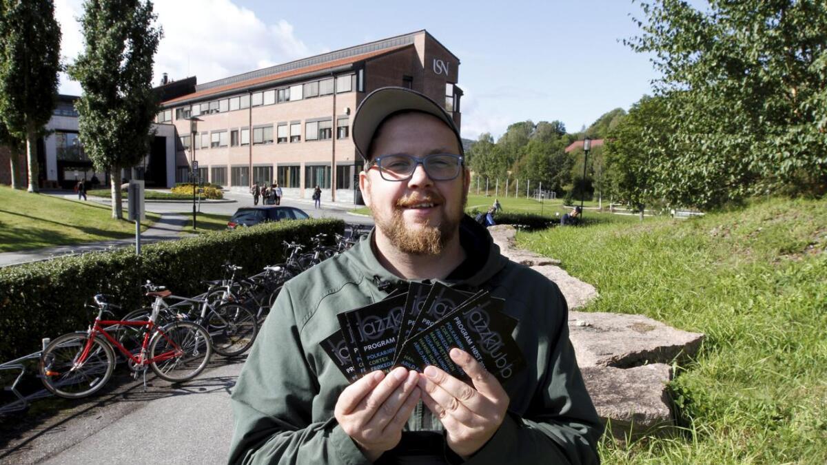 Kristoffer Mosfjeld (33) har lært seg å stokke programkortene for Bø jazzklubb med årene. Ti år etter at han overtok lederstolen har klubben sunn økonomi og et solid fundament for virksomheten.