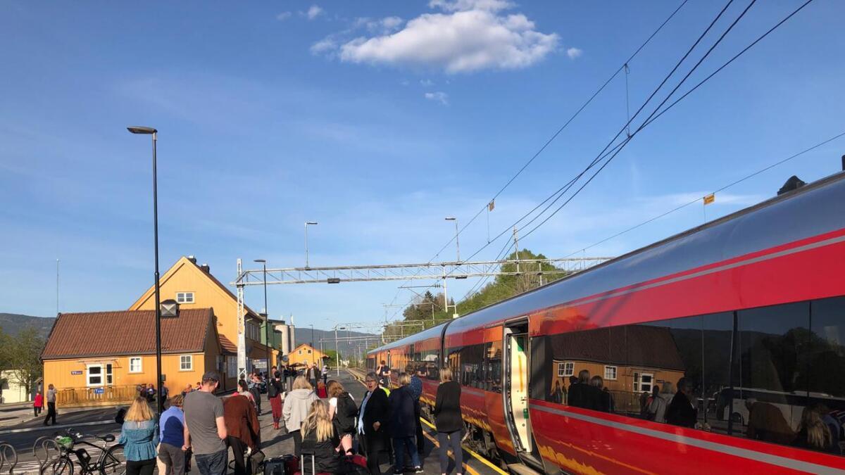 Passasjerer venter på busstransport videre på Bø stasjon.