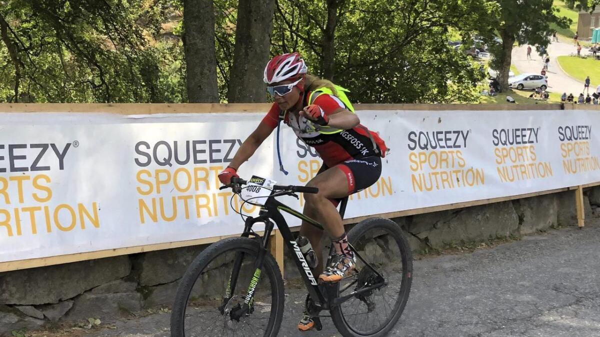 Cathrine Årstad Olsen fra Auli er klar for terrengsykkel-NM i klassen masters lørdag. På dette bildet nærmer hun seg mål i Grenserittet tidligere denne måneden, der hun tok en 2. plass i turrittet.