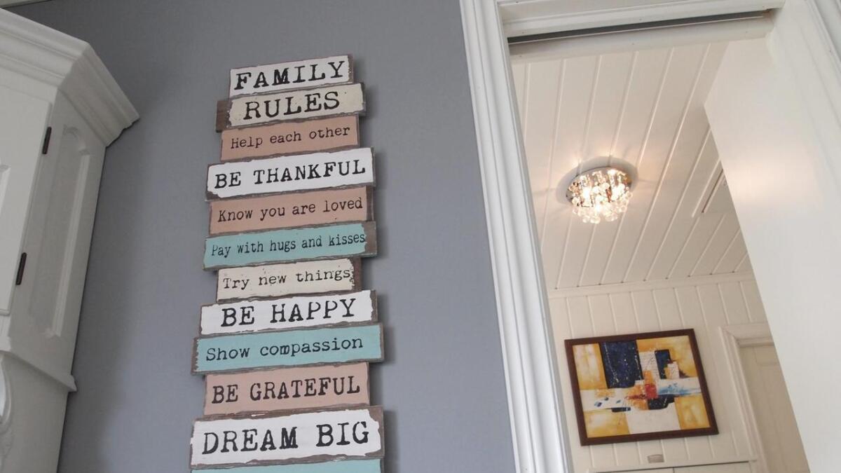 På veggen henger en påminnelse om hvordan familien ønsker å være mot hverandre.