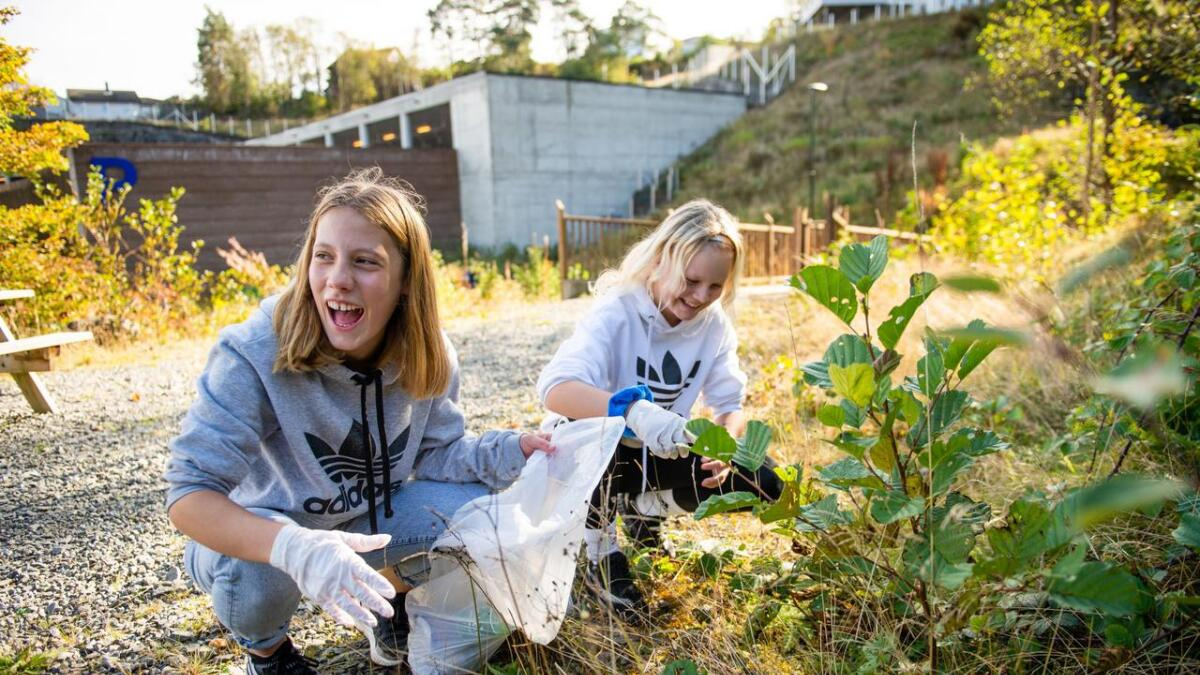 Thea Constanse Halvorsen Nylund (12) og Maria Lindanger (13) finn avfall overalt kor dei går. Til og med oppe i skogholtet ved Vikabrekko har noko kasta frå seg boss.