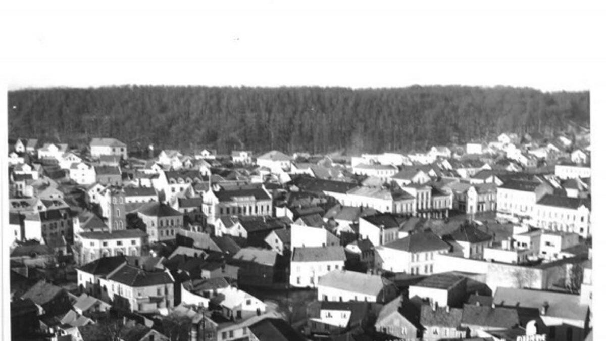 Den gamle fabrikken til Brynje of Norway låg midt i Larvik, med fargeri i ein separat bygning. Biletet er frå 1960. No er hovudfabrikken rive, og nye produksjonslokale ligg nærare Lågen.