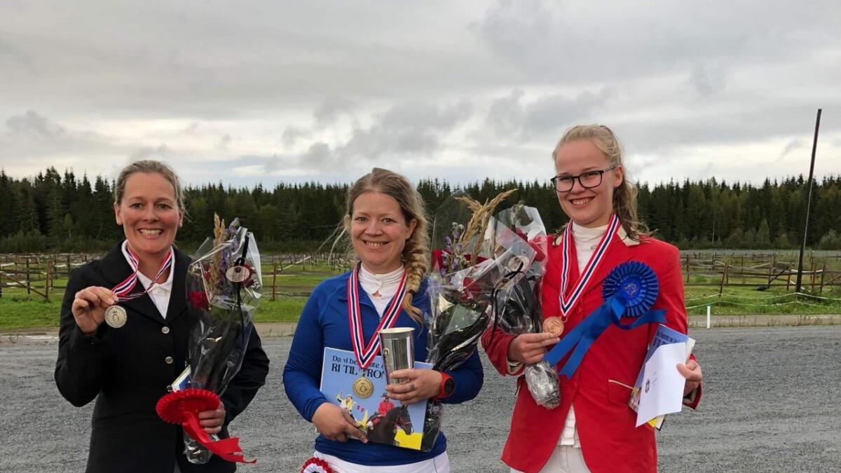Mari Kolstadbråten Ekra (midten) tok NM-gull på 120 km i helga. Ellen Suhr Ydstebø (t.v.) tok sølv, medan Maren Aanestad (t.h) tok bronse.