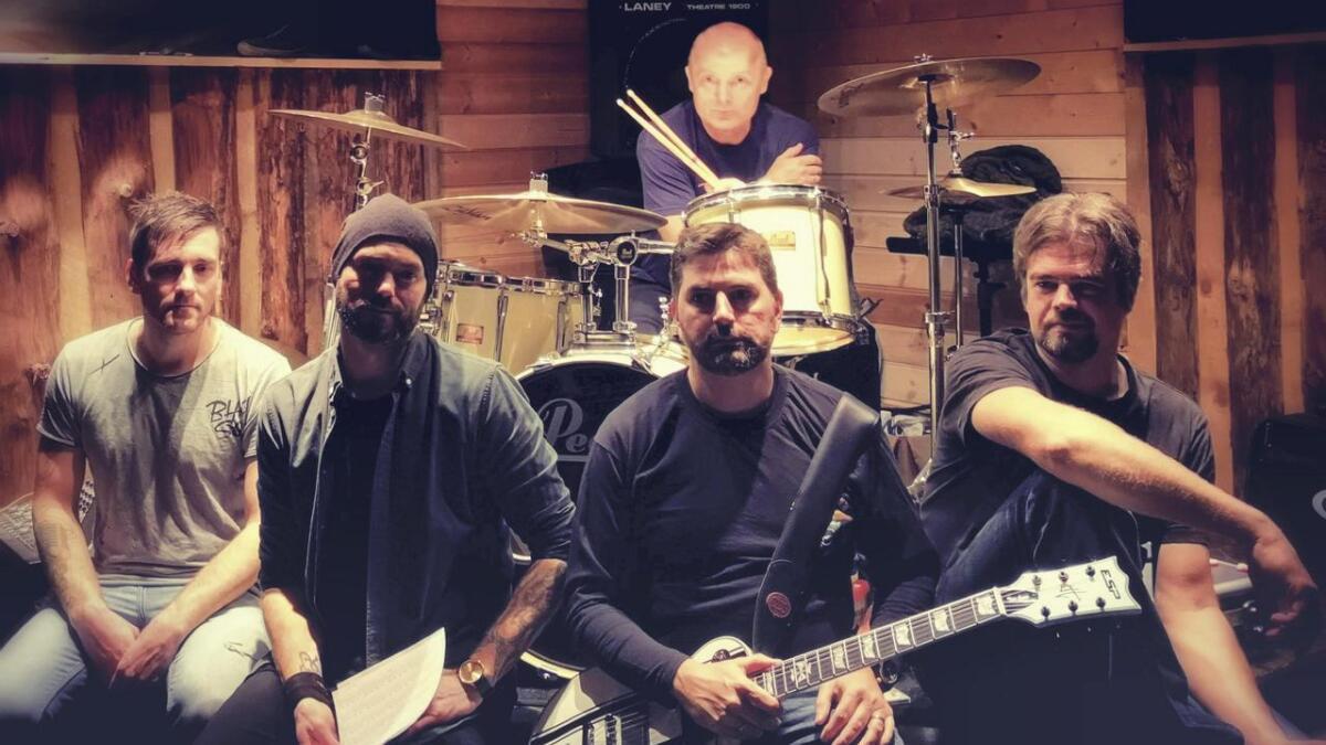 Solitude Souls, eit band som starta opp så seint som i fjor haust, og som spelar eigenproduserte låtar, er eitt av tre lokale rockeband som står på scenen på Arena laurdag kveld. Frå venstre Vidar Eide Bjelland (bass), Ronny Ormseth (vokal), Jarle Valvatne (gitar) og Morten Nesse (gitar). Bak står Terje Fjæra (trommer).