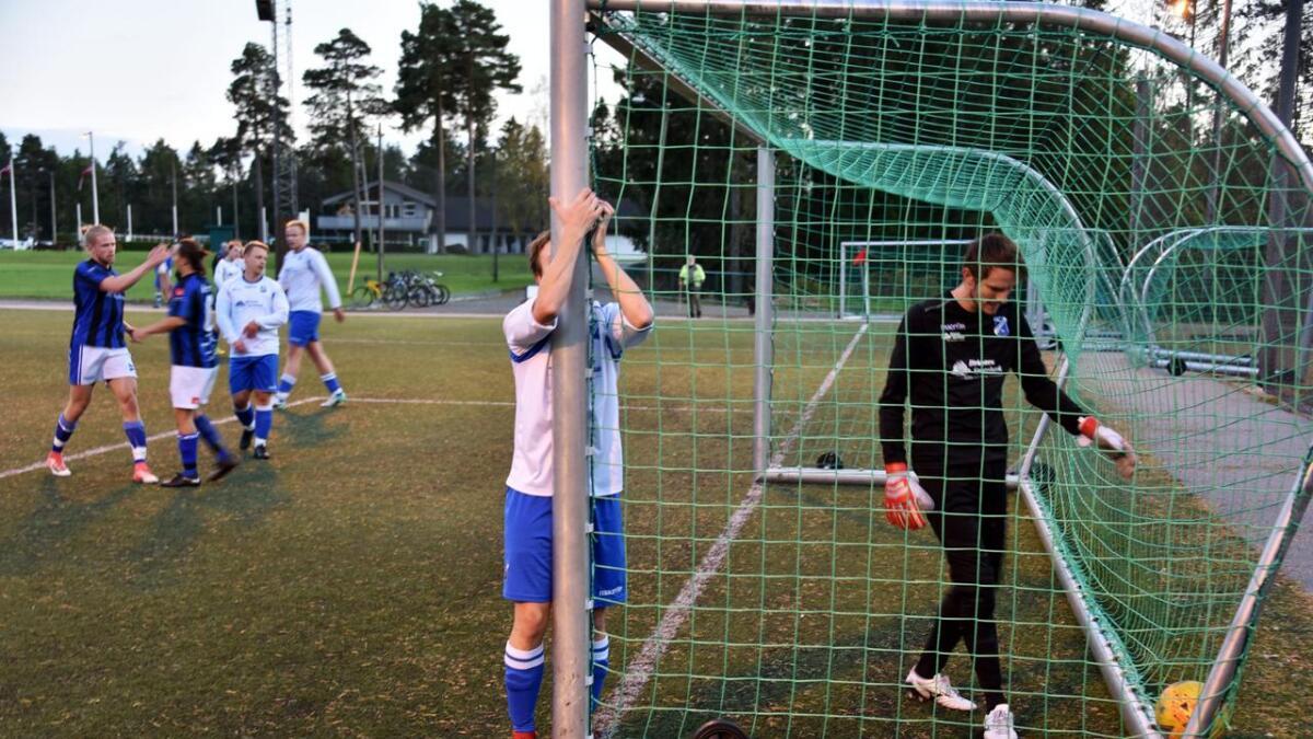 Arild Moldal fortviler etter å ha klarert ballen i eget mål etter bare ti minutter. Målvakt Kenneth Fossdal var sjanseløs.
