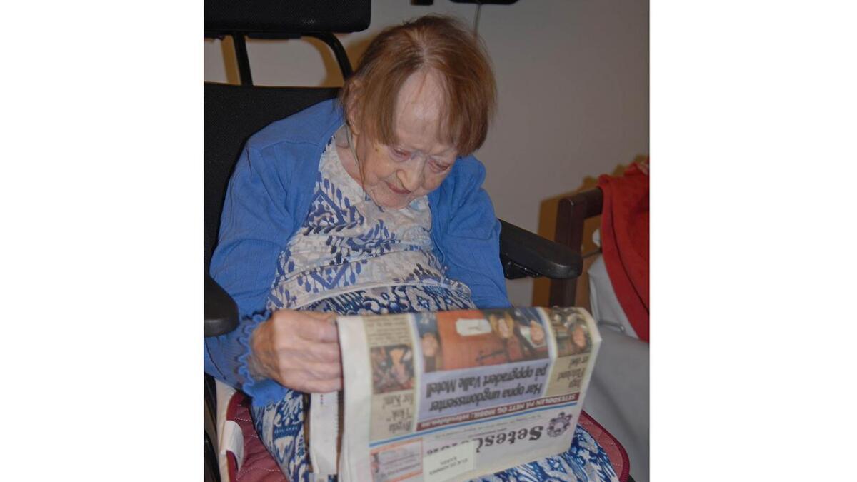 Då Anna K. Lislevand (101) igjen fekk eit eksemplar av Setesdølen i handa, vart ho straks oppslukt av overskrifter om lokalt nytt frå bygdene som ho kjenner så godt.