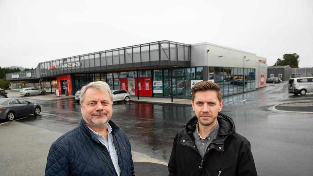 Svein og Simen Hatlevik er dei einaste tilsette i eigedomsselskapet. Her er dei ved Spar-bygget på Heiane.