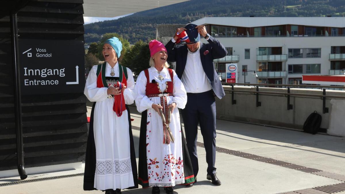 Monica Mæland (i midten) stod for opninga, og alle fekk huer av Hans Engelsen Eide etter innsatsen. Kari Traa som 1. snorhaldar, Monica Mæland som snorklippar og Aksel Lund Svindal som galant tok hua som gav han statusen som 2. snorhaldar.