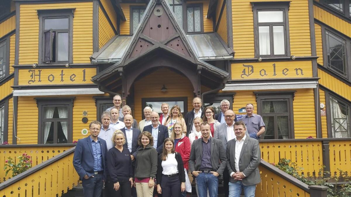 Jarand Felland (f.v.)(ordførar Tokke, Sp), Ellen Eriksen (Frp), Lina Bringsli (KrF), Karoline Aarvold (H), Sven Tore Løkslid (Ap), Halvor Homme (Ap), Kåre Pettersen (V)(rad 2 f.v.), Rune Hogsnes (H), Hans Edvard Askjer (KrF), Grete Wold (SV), Mette Kalve (Ap), Halfdan Haugan (ordførar Seljord, Ap), Frode Hestnes (Frp)(rad 3 f.v.), Tarjei Gjelstad (ordførar i Kviteseid, Ap), Tore Kaurin (Statens vegvesen), Trine Jørgensen Dahll (V), Maren Njøs Kurdøl (R), Harald Moskvil (MDG)(rad 4 f.v.), Ådne Naper (SV), Terje Riis-Johansen (Sp), Rune Lødøen, Magne Skårdal (E134 Haukelivegen AS).