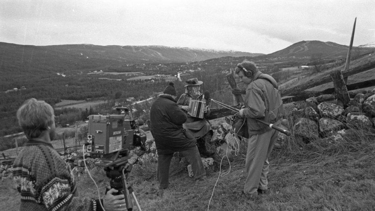 Kamerateamet i sving oppe i Lien-gardane med utsyn mot Geilo.