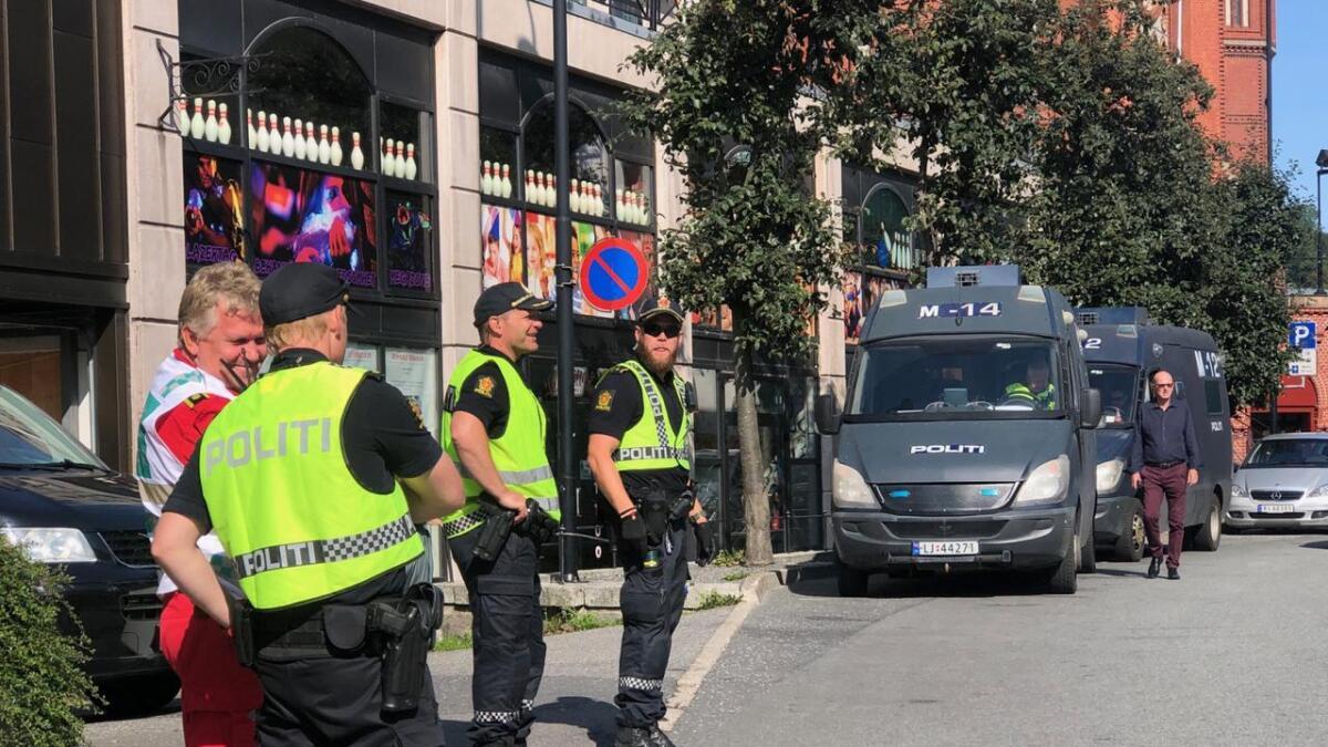 Store politistyrker har samlet seg på Teaterplassen i Arendal.