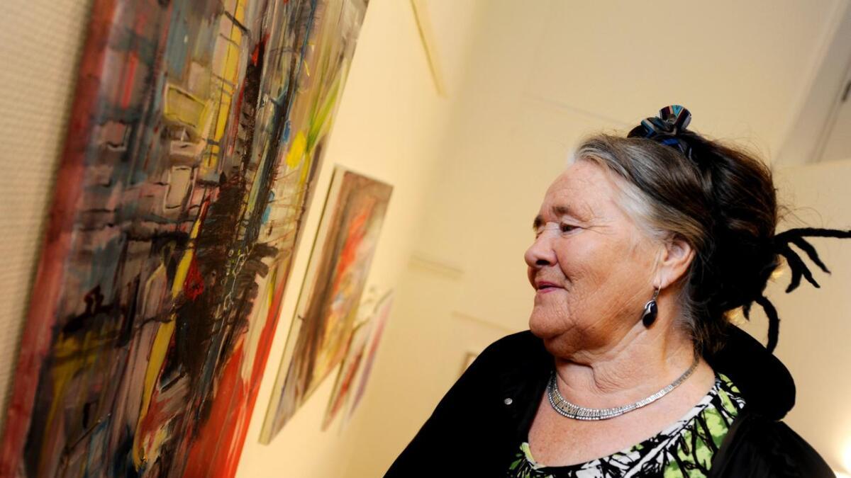 Her står Laila Leknes å beundrer kunsverket til mangeprisvinner Kari Elisabeth Haug.