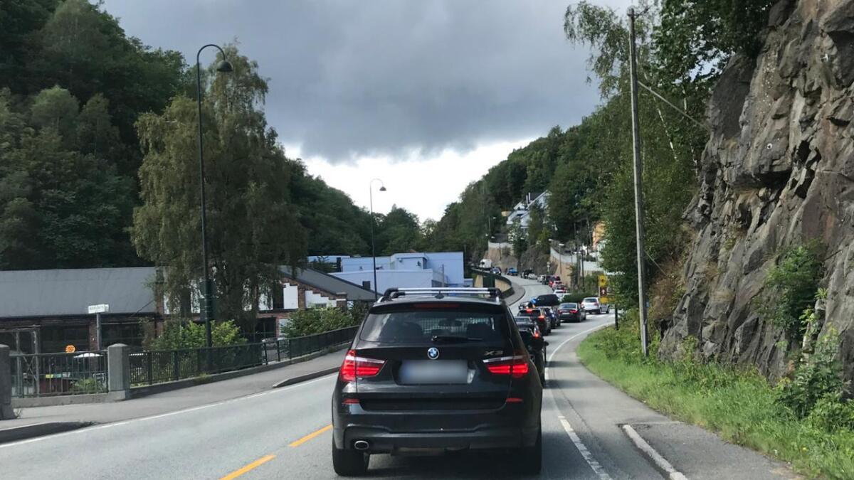 Trafikken står mandag ettermiddag ned til Barbu.
