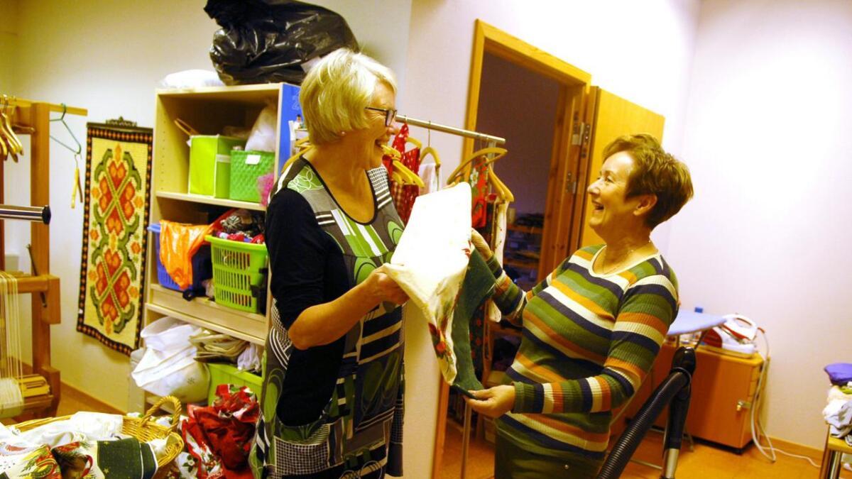 Oppe i tekstilavdelinga slår Ester Solvik (t.v.) av en prat med Anne Gimstad, som har mye fint å by på.