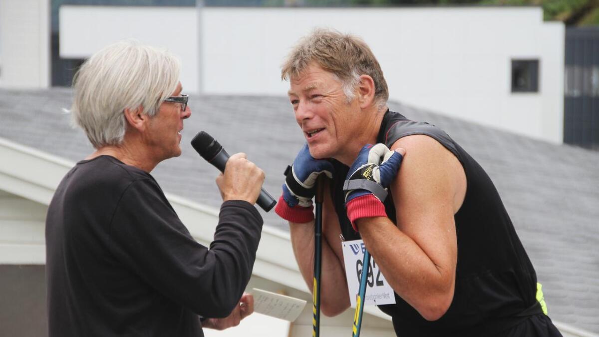 Frank Breistein utfordrar folk til å delta i trim-konkurransen fram til Bergsdalen Opp. Her blir han intervjua av speaker Bjarte Ytre-Arne. (Arkivfoto)