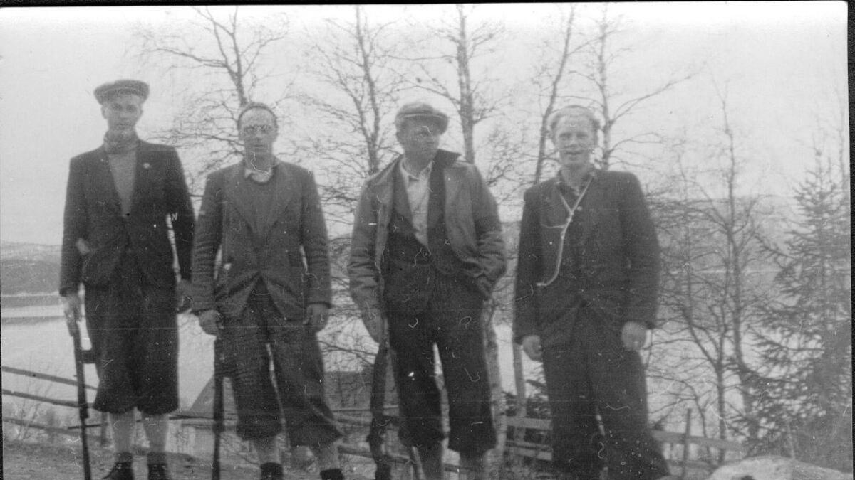 Motstandsmennene Hermod Skaret (f.v), Aslak Trovatn, Bjørn Gardsjord        og Pål Trovatn fotografert rett før arrestasjonen i Lognvikgrenda i mai 1945.