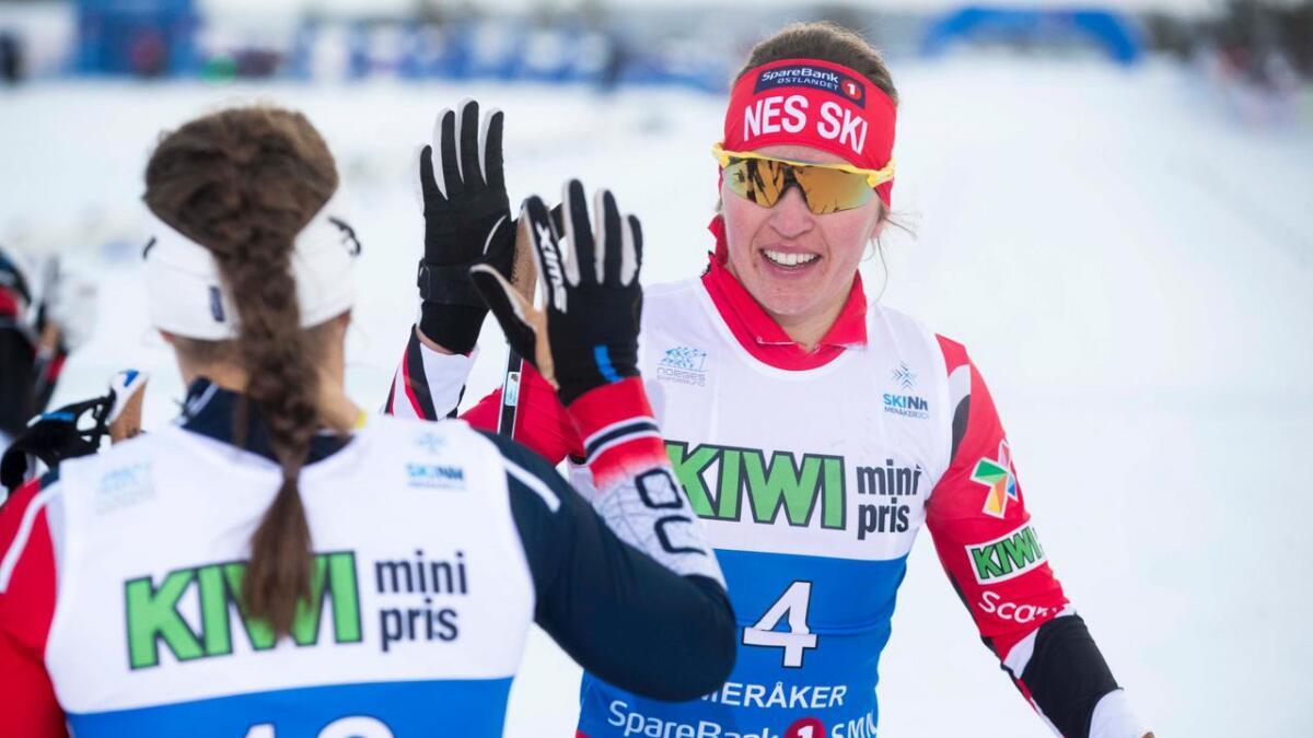 Tiril Udnes Weng t.h gratulerer Lotta Udnes Weng under sprint finaler på NM i Meråker i februar. Årets skisesong ligger an til å bli minst like spennende som fjorårets.