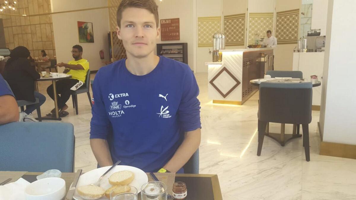 Tom Erling Kårbø skal i dag springa for finaleplass i 3000 meter hinder. Her er han på plass ved frukostbordet i formiddag.