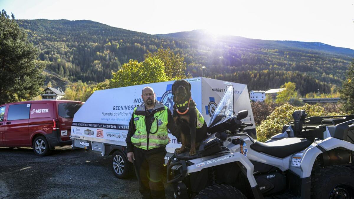 Frode Haraldseth i Norske Redningshunder med hunden sin Brago.