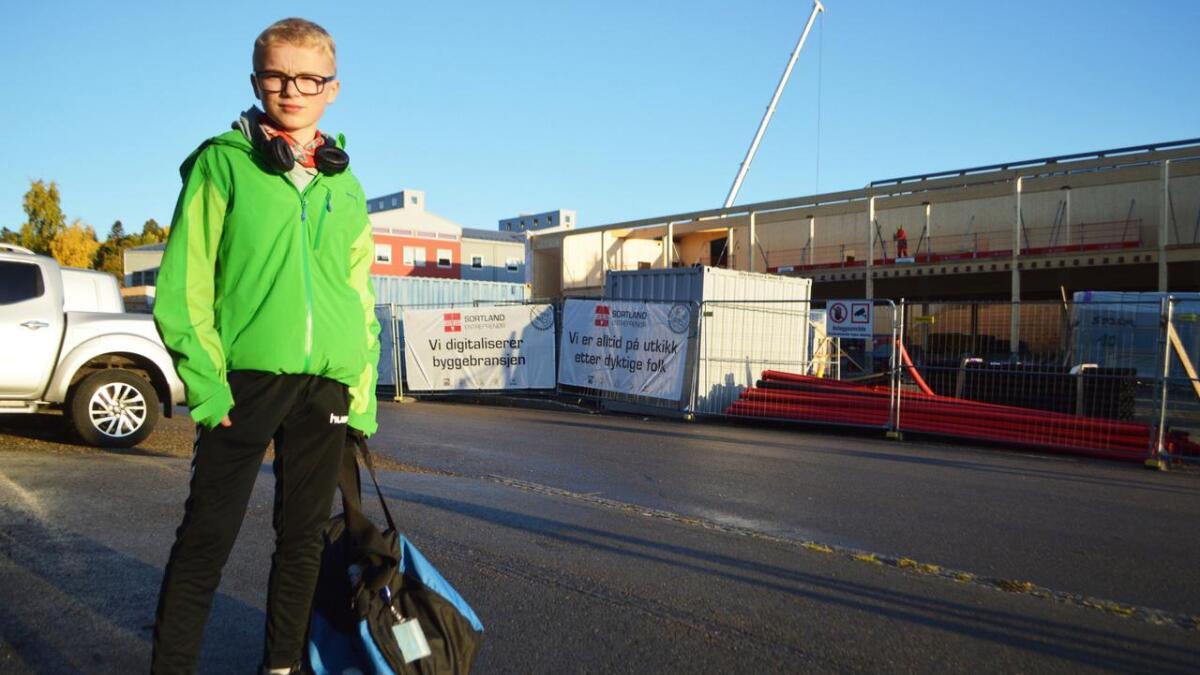 Brage Paulsen må gå på skolebussen i sjutida heime på Slåttnes. Men når han kommer fram til ungdomsskolen på Stokmarknes, må han vente en halv time før det ringer inn.