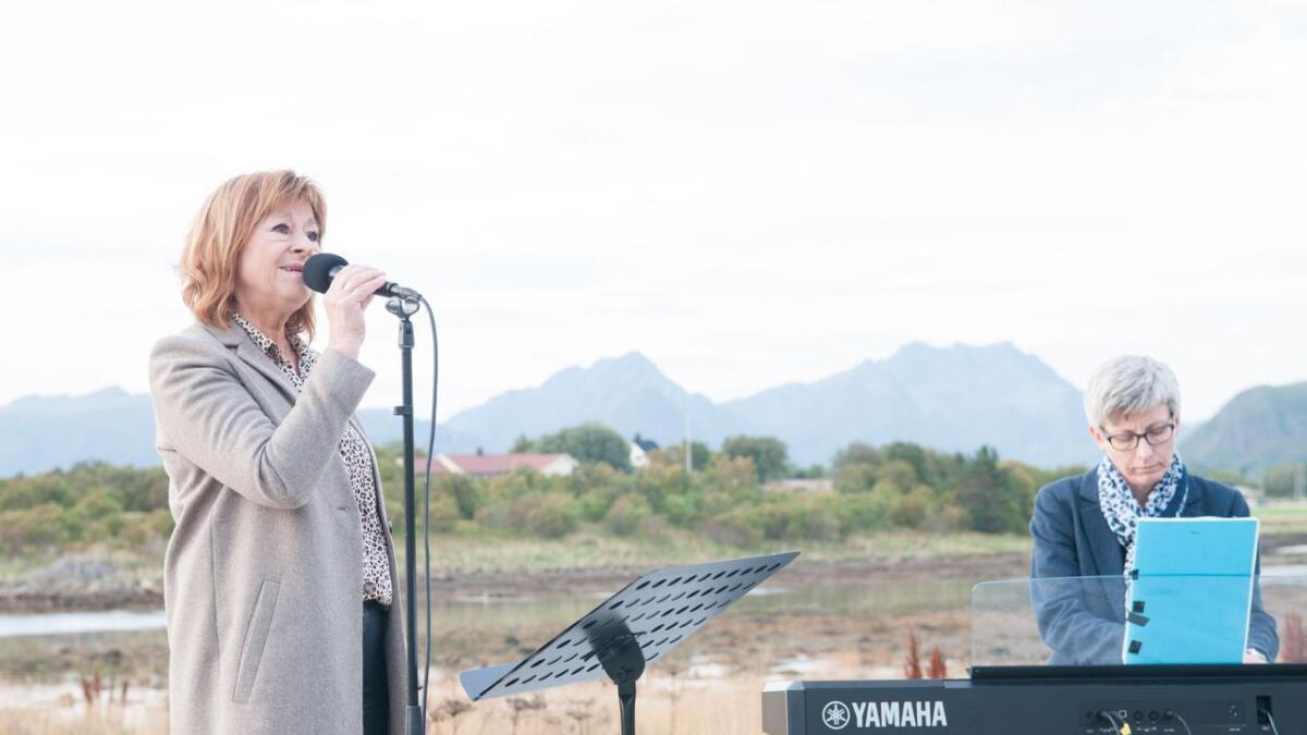 Brith-Unni Willumsen sang Bremnes-låta «E du Nord», akkompagnert av Olga Anita Seljeseth.