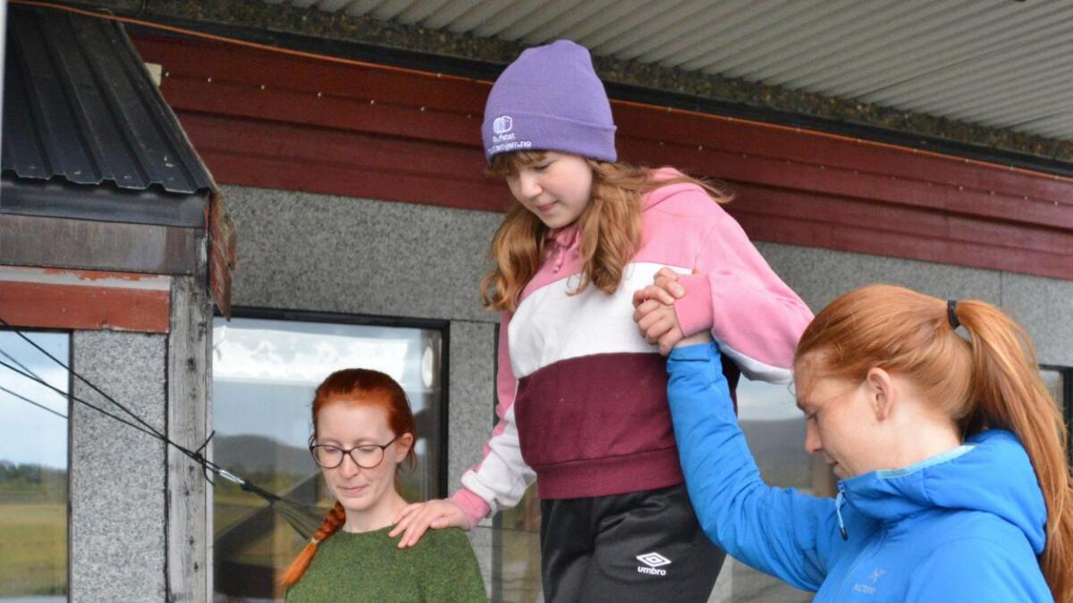 Vilde Margrethe Pettersen synes det var veldig artig å gå slakkline. Her får hun god hjelp av Hanne Fredheim og Tina Paasche.
