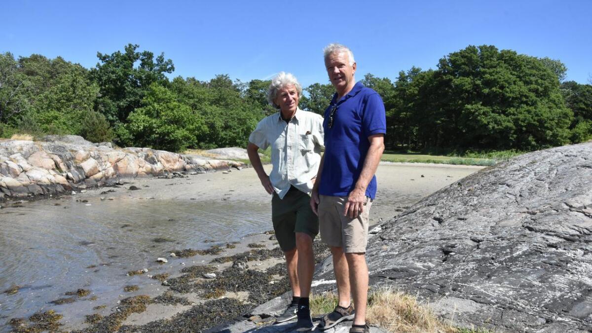 Otto Bugge (t.v) og Torgrim Næverdal i Selskapet for Grimstad Bys Vel kan glede seg over økt tilvekst av medlemmer. Her er de to fotografert i Marivoldbukta. (Arkivfoto Gro Austenå Berg).