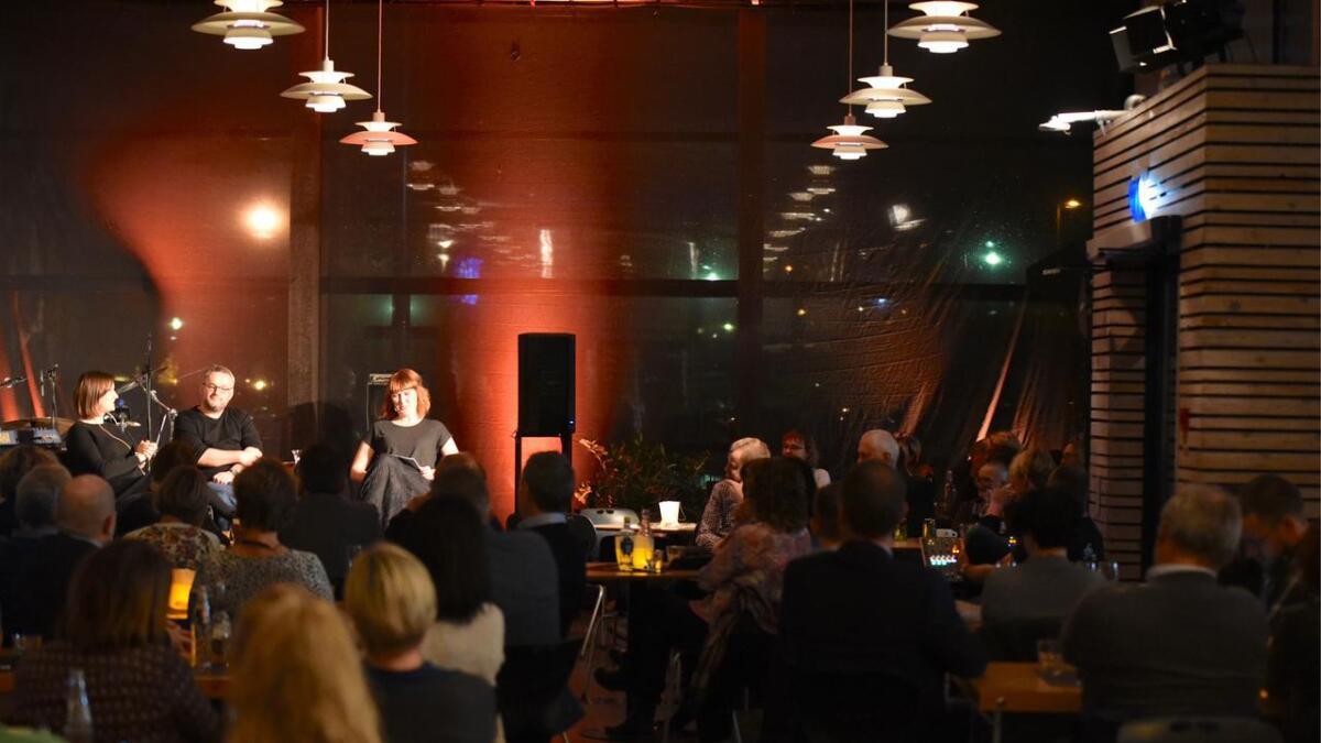 Agnes Ravatn (t.v.) og Bjørn Sortland fortalde om bøker, forfattarskap, daglegliv og eit samfunn i endring under Jazz & Bok på kulturhuset, i samtale med kulturhusleiar Hanne Jacobsen.