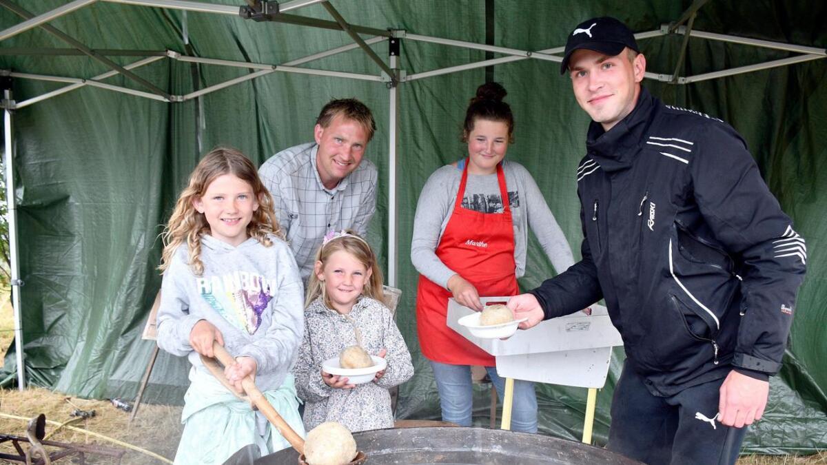 Mathilde, Taline og John Gaute Lunden, Marthe Heldal og Vlad Hnatovskyi serverte komper til de fremmøtte.