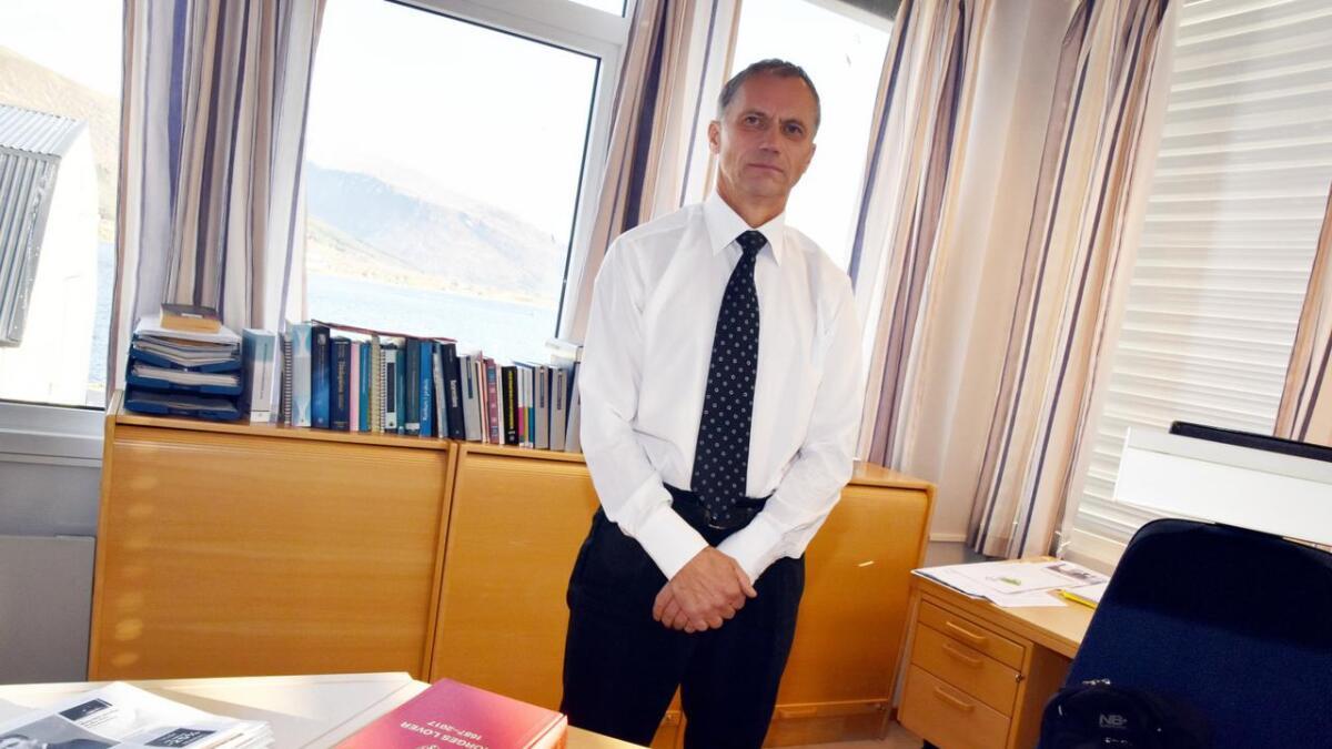 Hans Edvard Roll på kontoret sitt.