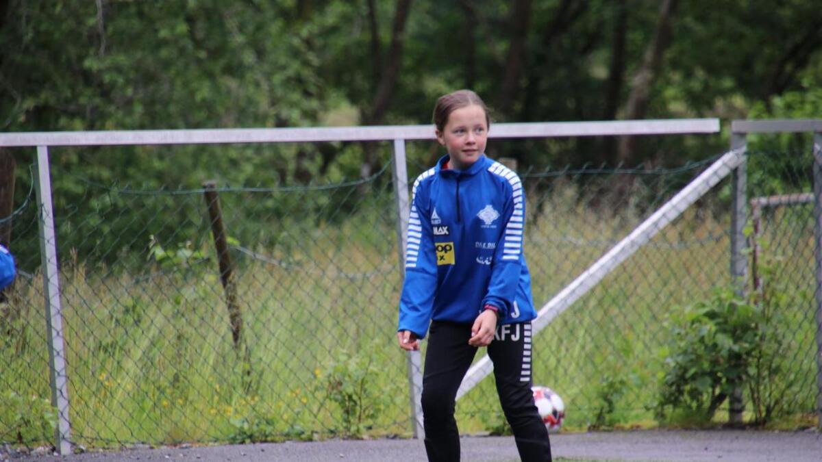 Frida Fardal Jakobsen var ein av mange ivrige jenter på fotballskulen.