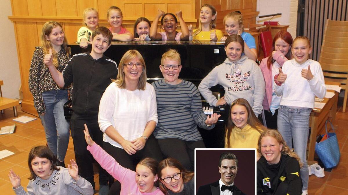 Tween Sing-gjengen med dirigent Gro Helen Blindheim Skjælaaen på pianokrakken i midten. Atle Pettersen innfelt.