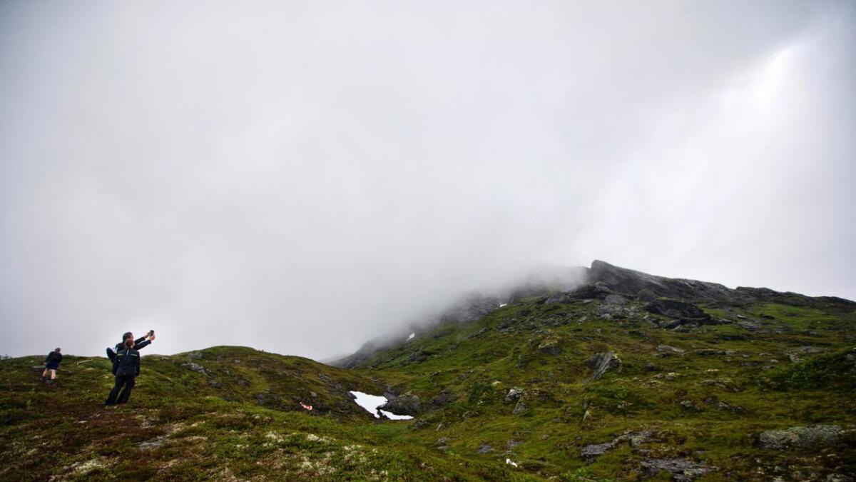 Toppen av Kvasshovden var for det meste innhylla i tåke. Vegen opp var sleip og bratt. Hallvard Børsheim kjente det godt i låra då han passerte målstreken - knappe fire minutt føre utfordrar Einar Bystøl.