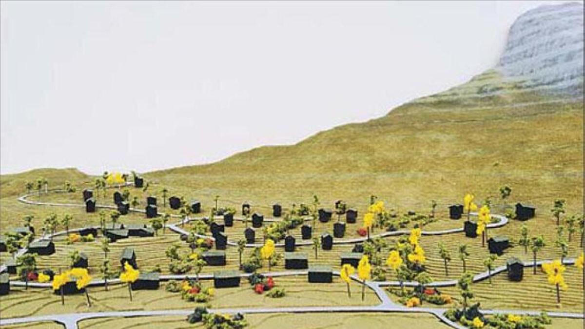 Hyttene til høgre blir liggjande i bratt terreng med minst mogleg inngrep i naturen. Skissa til arkitektane har med grøne området i feltet.