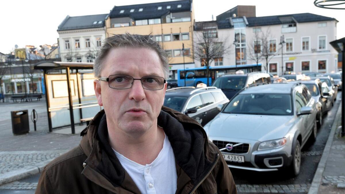 Agderbenkens Freddy de Ruiter (Ap) krever svar fra statsråden på utkastelsen av den psykisk utviklingshemmede gutten som bodde på Hove.