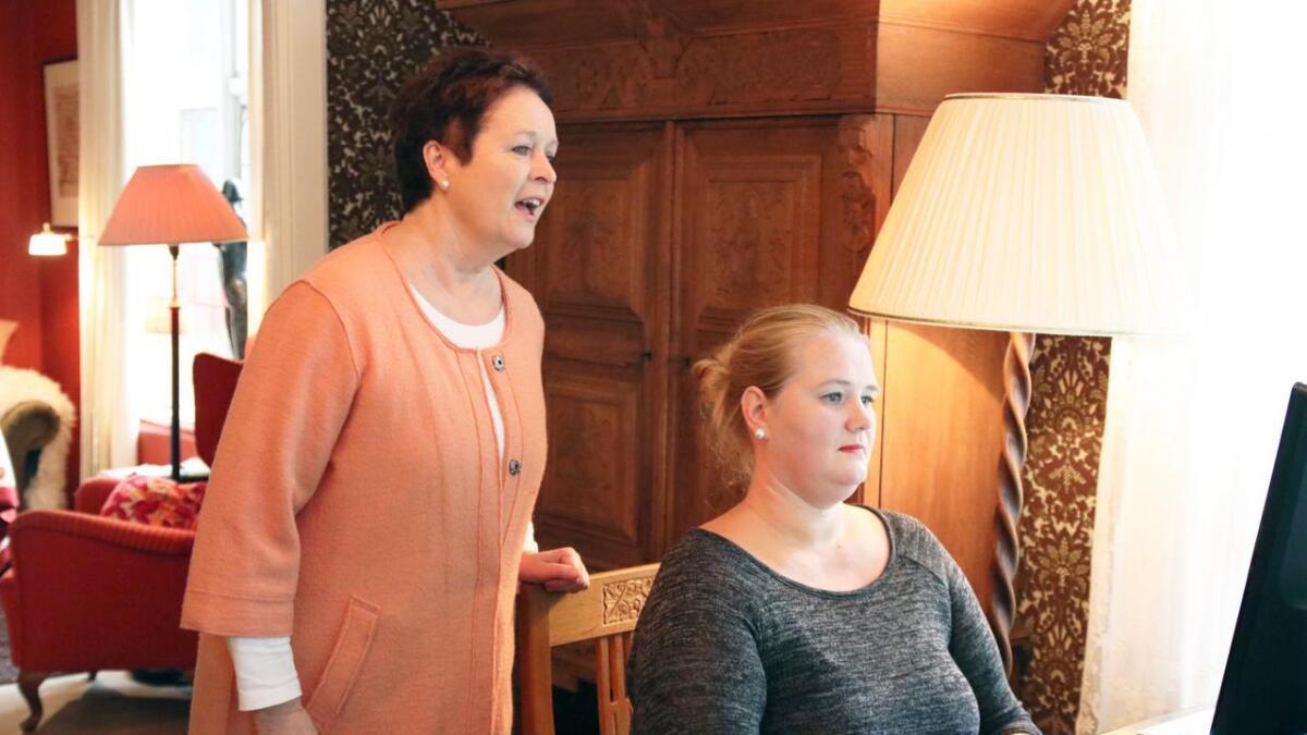 Reidun Horvei (t.v.) og Inger-Kristine Riber under øving før Vinternatt-konserten i fjor. Torsdag tek dei nokre av songane med seg til Edinburgh.