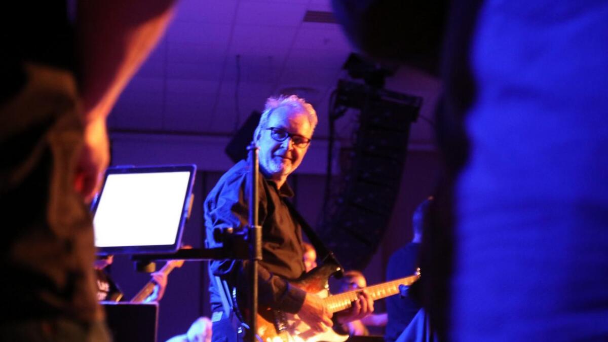 Bandleiar og arrangør Halldor Krogh gliste frå øyra til øyra gjennom heile konserten.