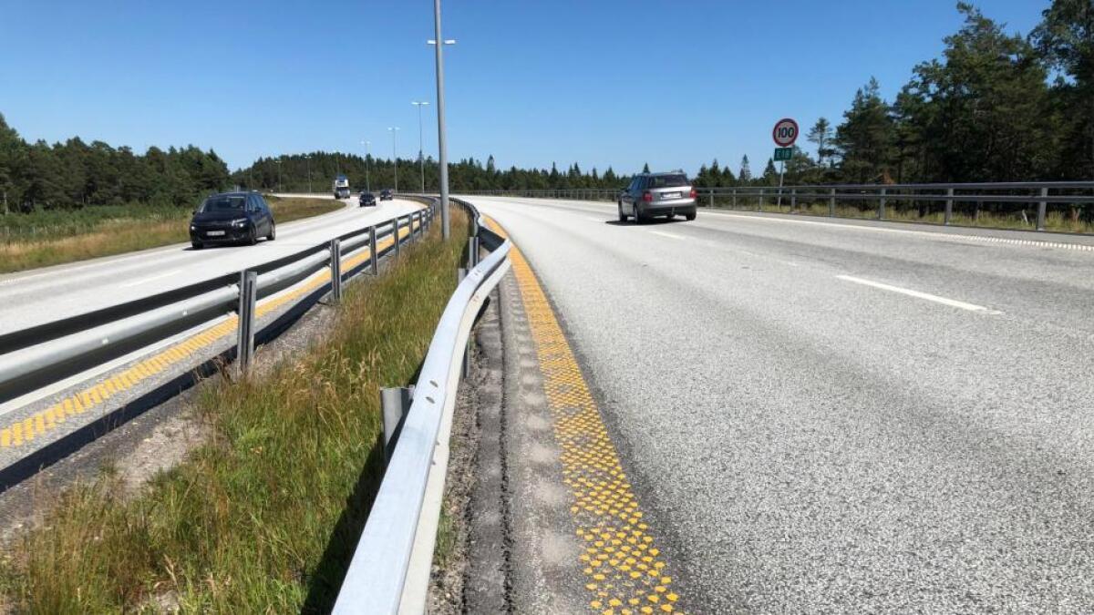 Det er dype slitasjespor i høyre kjørefelt over store deler av E18-strekningen mellom Kristiansand og Grimstad.–Trafikkfarlig, mener både bilistene og Agder OPS Vegselskap.
