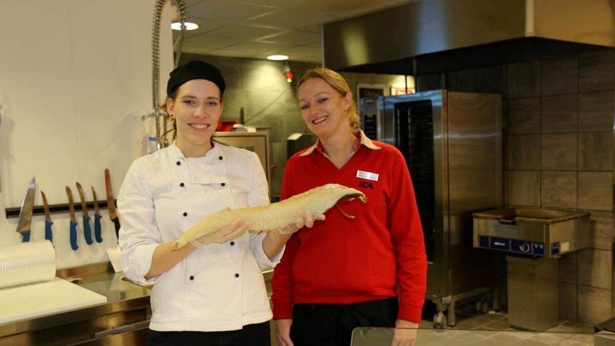 Marthe Baugerød  og Ellen Susanne Halvorsen må konstatere at lutefisken ikke akkurat er sprellende.