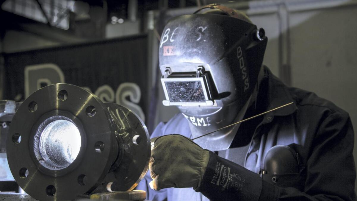 Sveiser fra Vard i Brevik som er tatt i forbindelse med reparasjon av nytt rørsystem på et forsyningsfartøy.