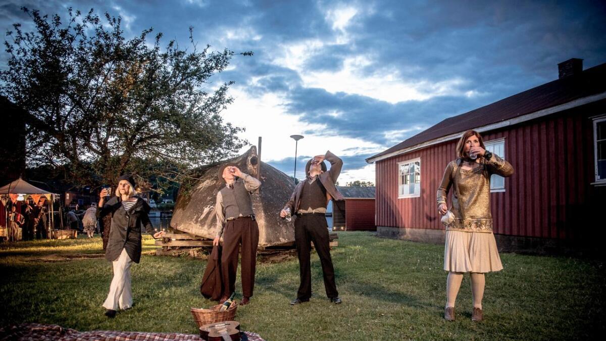 Her legges planene for, og skåles for, spritsmugling. Fra venstre sees skuespillerne Anne-Sophie Erichsen som Jenny, Lars Vik som Anton Juel, Joakim Dan Jørgensen som Hugo Larsen og Kjersti Posti Høgli som Elsa.