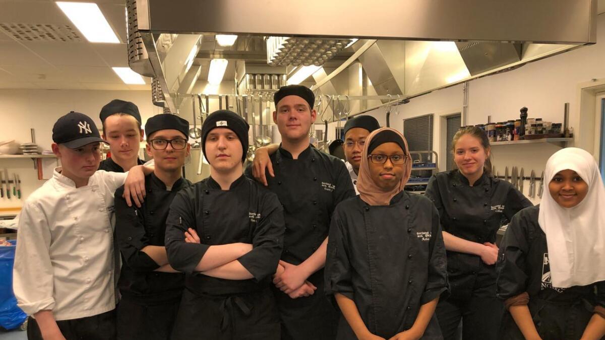 Elevene i VG1 restaurant og matfag ved Sortland vgs. avd. Øksnes har sammen laget bidraget som sikrer dem plass i kokkekampen i Tromsø på nyåret. (Alle