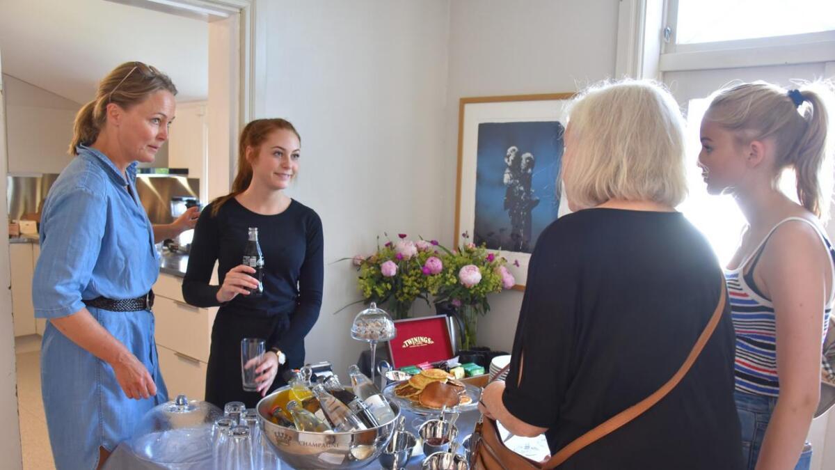 – Vi beholder en stabil og god stab gjennom hele året, tross store sesongsvingninger, sier hotellsjef Beate Holm Töpfer (t.v.).ARKIVFOTO