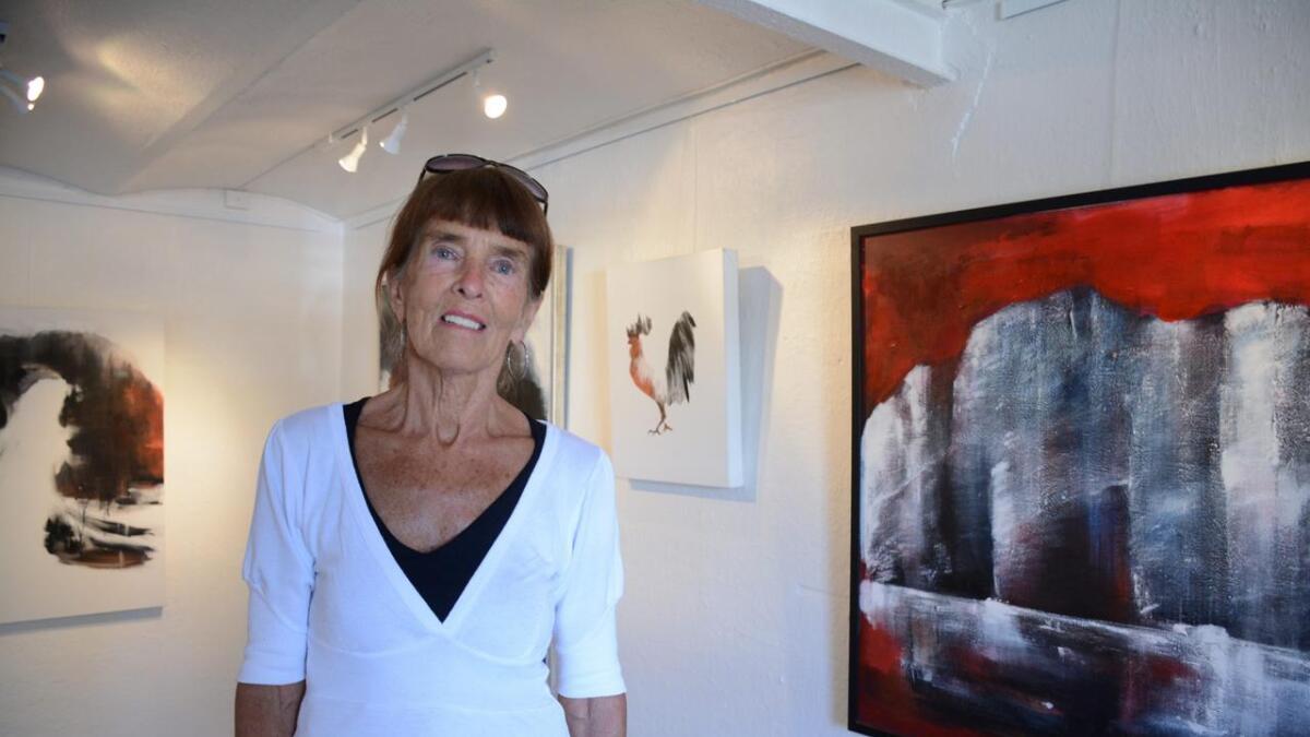 Grete Skoe lar seg inspirere av natur. Maleriet i bakgrunnen er inspirert av fjellveggen «Los Gigantes» på Tenerife.
