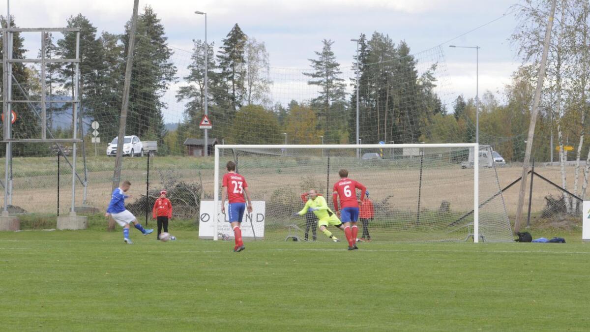 AndrÈ Simonsen Thomsen kaster seg riktig veg, men rekker ikke bort til ballen som Mads Elvethun Hansen setter i mål. *** Local Caption *** AndrÈ Simonsen Thomsen kaster seg riktig veg, men rekker ikke bort til ballen som Mads Elvethun Hansen setter i mål.