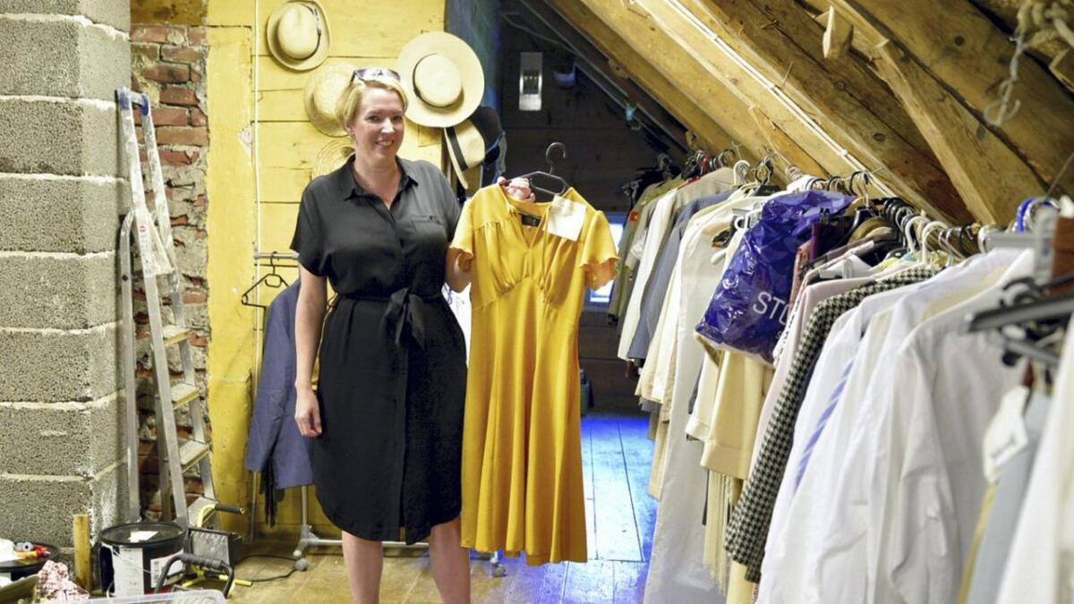 Eva Hodnefjell med eit av 10 kostyme  som Lisa Stokke skal ha på i rolla som Evita seg under musikalen.