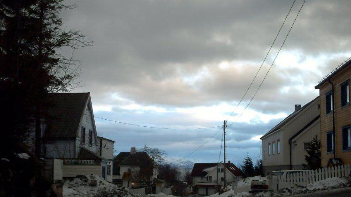 Skiftende skydekke med solgløtt på januar-himmelen på Lødingen tettsted.