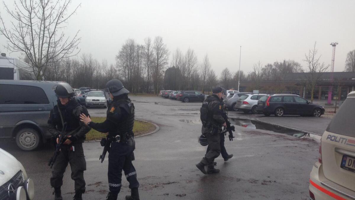 Bevæpnet politi er på plass på Porsgrunn VGS.