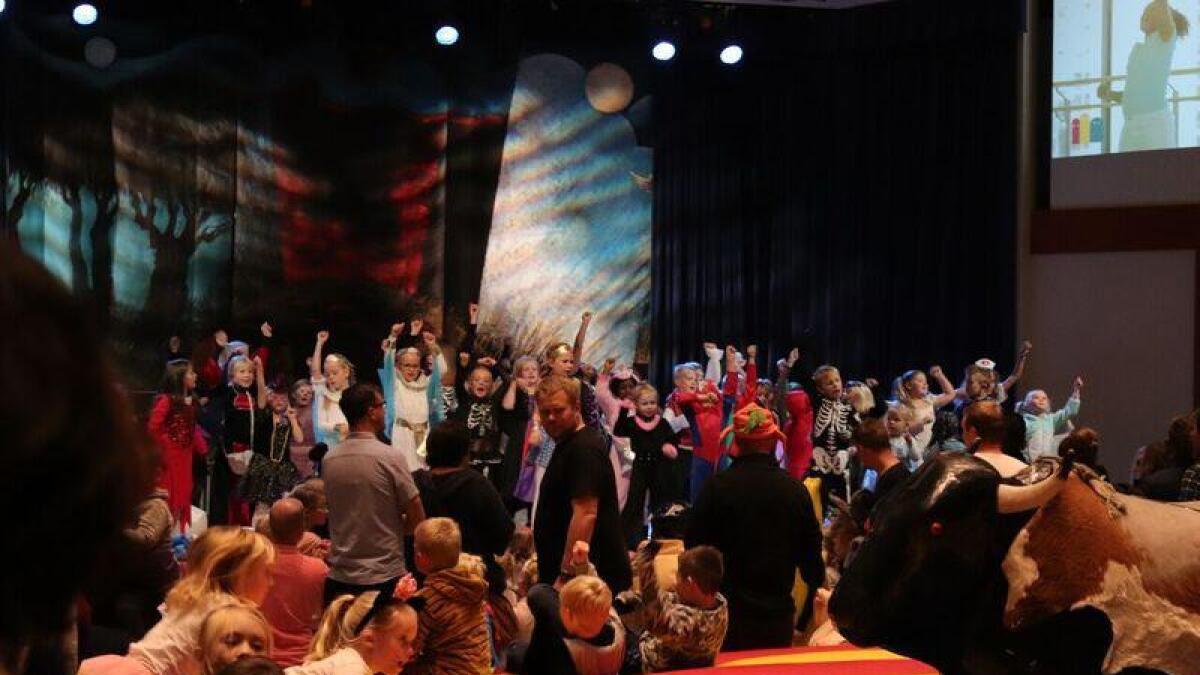 Omlag 1000 mennesker boltret seg i Filadelfias lokaler under årets HalloVenn. I starten var hele gjengen med på «BlimE-dansen».